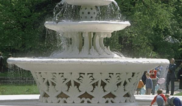 Один из старейших фонтанов Москвы и дворцовые ворота в Нескучном саду начали готовить к реставрации