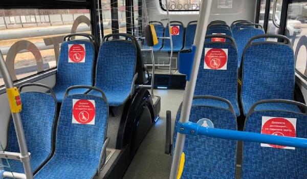 Соблюдать дистанцию в столичном наземном транспорте пассажирам помогут наклейки на креслах