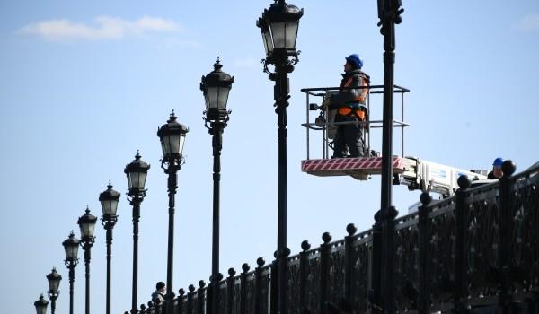 В Москве проводят дезинфекцию уличных фонарей